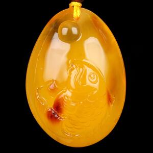 蜜蜡俏色雕刻鲤鱼吊坠 重量14.68g(含链)
