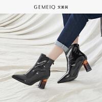 戈美其冬季新款漆皮保暖加绒短筒靴子尖头粗跟高跟女鞋百搭短靴