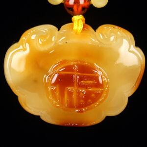 蜜蜡满蜡俏色精雕如意福锁吊坠 重10.89g(含链)
