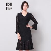 OSA欧莎冬季新款女装镂空喇叭袖V领蕾丝连衣裙中裙 D13037