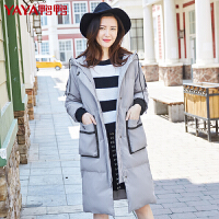 鸭鸭女装韩版直筒连帽中长款字母印花羽绒服