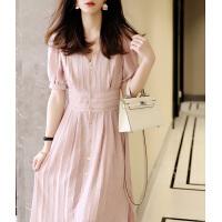 粉色V领短袖连衣裙女夏2021甜美收腰显瘦泡泡袖竖纹褶皱A字中长裙