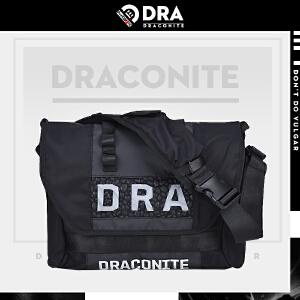 【支持礼品卡支付】DRACONITE潮牌字母反光单肩斜挎包男士死飞碎石图形后背包12050A