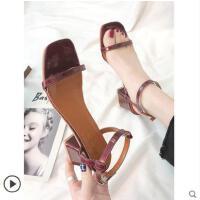 女鞋春夏新款一字带方头粗跟罗马凉鞋漆皮露趾凉鞋中跟