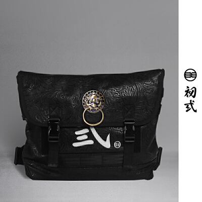 【支持礼品卡支付】初弎中国风潮牌复古压纹男女死飞狮子头邮差包单肩斜挎背包42005