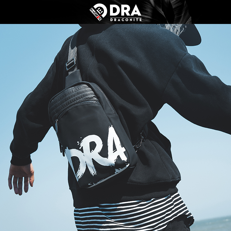 【支持礼品卡支付】DRACONITE字母涂鸦印花时尚男士胸包潮休闲防水单肩后背包13247A全场包邮